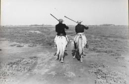 Photo Ancienne - Deux Gardians Camargais Sur Leur Cheval - Verso Photo GEORGE Arles - Format : 240 X 180mm - TB. Etat - Personnes Anonymes