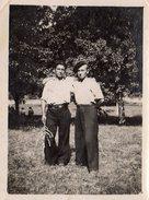 Photo Originale Bulgarie - Deux Copains Bulgares Avec Légende Au Dos - Pantalons Larges Et Casquettes - Personnes Identifiées