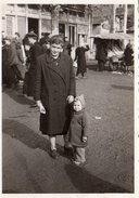 Photo Originale Bulgarie - Mère Et Enfant Bulgares En 1965 - Ambiance Rue Et Camelot Sur Charette - Personnes Identifiées