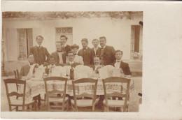 CARTE PHOTO  CONVIVES PRIS EN PHOTO  DEVANT UNE TABLE A MANGER - Cartes Postales
