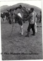 MONGOLIE - JEUNE MONGOL SELLANT UN CHEVAL - PHOTO 12.5 X 9 CM - Anonyme Personen