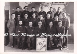 WWII 1945 - STALAG IV B MUHLBERG - PRISONNIERS - UNIVERSITE - IN VERITATE LIBERTAS - PHOTO MILITAIRE 10.5 X 7.5 CM - Guerre, Militaire