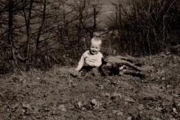 Photo Originale Animaux - Chien - Gamin D´un An Et Demi Et Un Boxer Qui Lui Fait Un Câlin En 1968 - Anonyme Personen