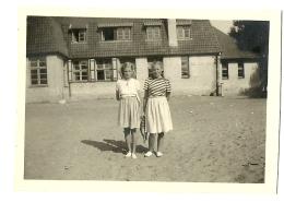 COXYDE 1947 PHOTO DE 2 JEUNES FILLES DEVANT LE LYS ROUGE - Lugares