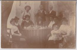 CARTE PHOTO : FAMILLE EN TERRASSE AU CAFE - 2 SCANS - - Caffé