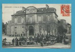 CPA - Marchands Ambulants Marché Devant L'Hôtel De Ville AVRANCHES 50 - Avranches