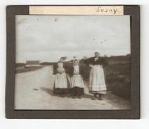 AURAY , Morbillan 56 , Photographie (positif) Sur Plaque De Verre, 3 Jeunes Filles Sur Une Route, Maison En Arrière Plan - Glass Slides