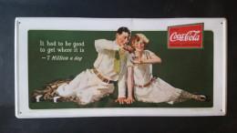 CARTEL CHAPA METALICA DECORATIVA PUBLICIDAD COCA COLA COKE PAREJA GOLF AÑOS 70 - TENGO MAS CHAPAS - Placas Con Esmalte & En Chapa