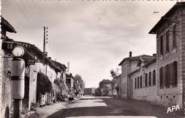 CPSM Dentelée (81) VILLEFRANCHE D' ALBIGEOIS Les Ecoles Pompe à Essence (Beau Plan) - Villefranche D'Albigeois