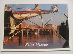 Carte Postale Neuve : SAINT-NAZAIRE (44)  La Base Sous-marine Et Le Bassin à Flot - Saint Nazaire