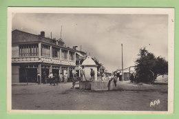 LE BARCARES : Avenue De La Plage, Le Grand Restaurant Hôtel, Fontaine.  2 Scans. Edition Apa Poux - Andere Gemeenten