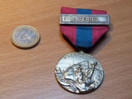 MEDAILLE AVEC RUBAN. DEFENSE NATIONALE BARETTE MATERIEL. DOREE. - Militaria