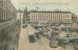 TOULOUSE LE CAPITOLE LES ARCADES ET LA PLACE PENDANT LE MARCHE - Toulouse