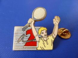 Pin´s Arthus Bertrand - Roland Garros - Média Télé Antenne 2 - Tournoi Tennis Grand Chelem (DD60) - Arthus Bertrand