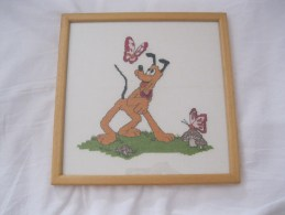 Pluto  Disney  Kruissteek Cross Stitch Hond Chien Dog Hund  Ingelijst En Cadre Afm. 24x24cm - Point De Croix