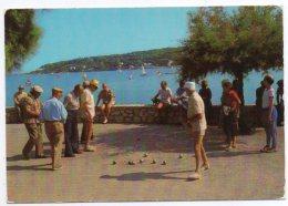 PETANQUE : Partie De Pétanque. Au Fond Le Cap D'Antibes.
