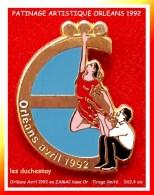 SUPER PIN´S PATINAGE ARTISTIQUE : Les DUSCHESNAY à ORLEANS Avril 1992, ZAMAC Base Or, 3X2,4 Cm - Patinaje Artístico