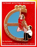 SUPER PIN´S PATINAGE ARTISTIQUE : Les DUSCHESNAY à ORLEANS Avril 1992, ZAMAC Base Or, 3X2,4 Cm - Skating (Figure)