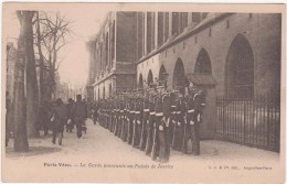 Cpa 75-  Paris Vécu- La Garde Montante Au Palais De Justice (circulé En 1924- Voir Scan Recto-verso) - Straßenhandel Und Kleingewerbe