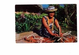 """Cpm POLYNESIE TAHITI - Production Quotidienne D'une Fille Du """" Fare Maohi """" - Collier Coquillage - Tissage - Chapeau  - - Polynésie Française"""