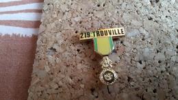 1 Pins Sur La Ville De Trouville Medaille 219 - Other