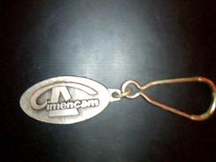 Publicité Porte Clé En Metal Publicitaire  Les Cimenteries Du Cameroun  Cimencam A Douala Cameroun - Key-rings
