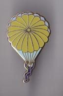 PIN´S THEME PARACHUTISME  UN PARACHUTISTE EN DESCENTE - Parachutting