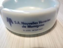 Cendrier Publiicitaire S.A..Nouvelles Verreries De Momignies - Blanc, Rond , Diàmètre 10,5cm Ht: 3,7 Cm, Céramique - Cendriers