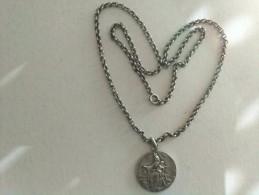 Médaille Religieuse Et Sa Chaine En Argent Massif - Religione & Esoterismo
