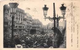 59 - NORD - Lille - Grande Place - La Foule Criant Après Les Espions Enfermés Dans La Voiture - Lille