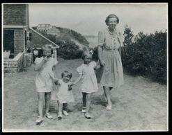 ANTIQUE PHOTO QUEEN JULIANA HOLLAND & PRINCESSES BEATIX IRENE MARGARET 1947 - Famous People
