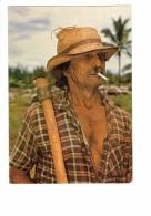 CPSM - LA REUNION - Cultivateur Créole - Homme - Fumeur Cigarette - Chapeau - Ustensile Agricole - Non Classificati
