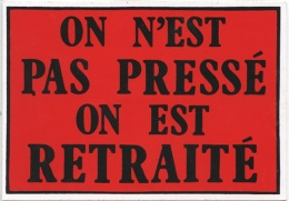 """CP Autocollant """"On Est Pas Pressé On Est Retraité (ed DDM Neuve) - Humor"""
