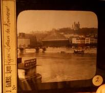 PHOTOGRAPHIE SUR PLAQUE DE VERRE LYON : COTEAU DE FOURVIERE (péniche Avec Pub. Chocolat MENIER) - Diapositiva Su Vetro