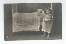 Carte Photo Enfant Nommé Fillette Et Ses Poupées Au Lit Une Popée Dans Ses Bras 1912 - To Identify