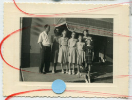 RARE Fête De CHAUSSIN 1954 Famille Devant Tabac Jupe Jeunes Filles Garçon Jura Franche Comté Doubs - Places