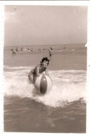 Femme En Maillot Sur La Plage , Photo Originale  Dim. 6.0 X 8.0 Cm - Personas Anónimos