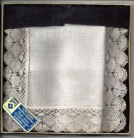 Kleedje Napperon Echt Kantwerk Kant   Kloskant  Dentelle Real Lace Spitzen In Doosje En Boîte Afm. 25x25cm - Dentelles Et Tissus