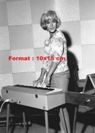 Reproduction D´une Photographie De Sylvie Vartan Jouant Au Piano - Reproductions
