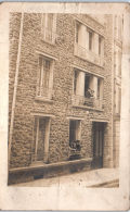 CARTE PHOTO - Un Immeuble - Personnes Aux Fenêtres - Photographie