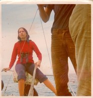 Photos Originales Couleur Kodak - Femme Skipper à Carnac En Juillet 1971 - Jumelles Et Barre En Main - Pantalon Velours - Personnes Anonymes