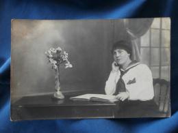 Carte Photo Jeune Femme Feuilletant Un Livre - Non Circulée L282 - Photographie