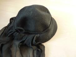 CHAPEAU   NOIR  DE DEUIL  AVEC FOULARD CREPE NOIR ATTACHE  (  90cm ) - Headdresses, Hats, Caps