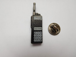 Beau Pin's En Relief ,  Motorola Radius GP300 , Talkie Walkie , Radio , GPS - Informatique