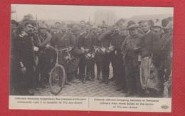 Vic Sur Aisne  --  Officiers Francais Rapportant Des Casques D Officiers Allemands Tués à La Bataille De Vic Sur Aisne - Vic Sur Aisne