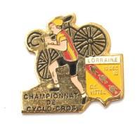 Pin's FAUTE CHAMPIONNAT DE CYCLO CROS Au Lieu De CROSS - C.S Vittel - Blason - Svan - F884 - Wielrennen