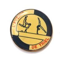 Pin's  L'AVENIR DE TRIEL (78) - Gymnastes - Cheval D'arson Et Poutre - F890 - Gymnastics