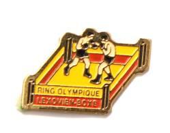 Pin's RING OLYMPIQUE LEXOVIEN - BOXE - Lisieux (14) - Combat De Boxe Sur Le Ring - F898 - Boxing