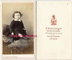 CDV Vers 1880-mode Enfant-photographié Par E. Beaudoin, 30 Passage Du Commerce à Amiens (blason Au Dos) - Photographs