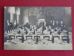 Carte Photo Groupe De Serveurs Préparatif Pour Un Banquet   Scan Resto Verso     Voir Description - France